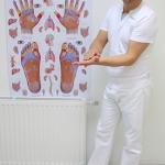 Maser Andrej pri izvajanju masaže dlani.